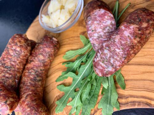 Italienische Knacker vom Leicoma Strohschwein mit Rucola und Parmesankäse