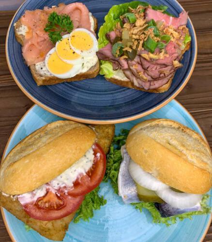 Snack to go von der Küste - Smör Smörrebröd (mit Lachs+Ei oder Roastbeef+Röstzwiebeln)Fischbrötchen (Bismarck, Seelachsfilet oder Matjes)